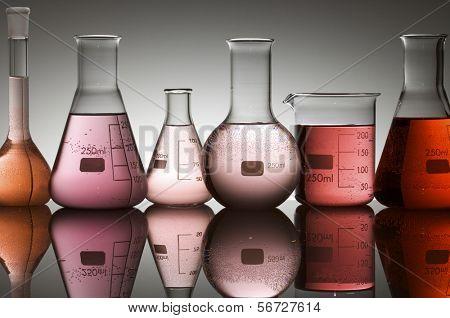 vidrio de laboratorio en retroiluminado con fondo blanco
