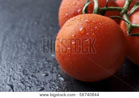 voorhoede van een verse tomaten op een leisteen tafel