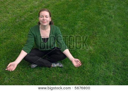 Mujer meditar en campo