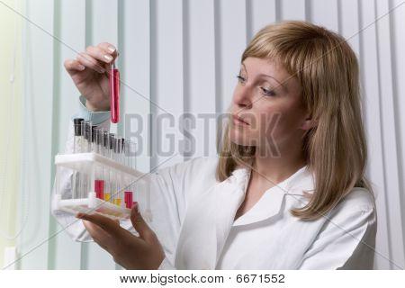 Trabajador de laboratorio con probeta