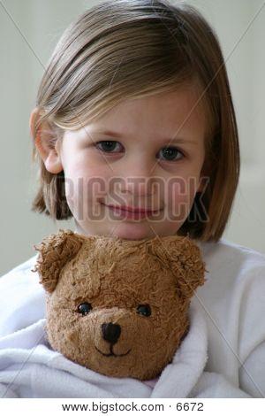 Niña y oso de peluche