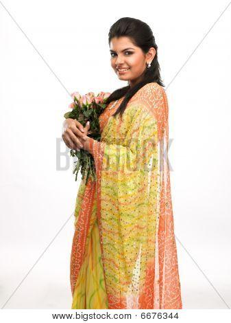 Mujer con ramo de rosas rosadas