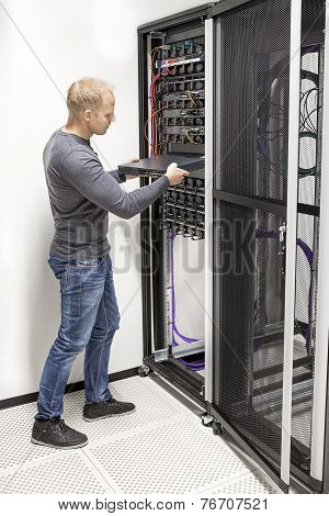 IT consultant build network rack in datacenter