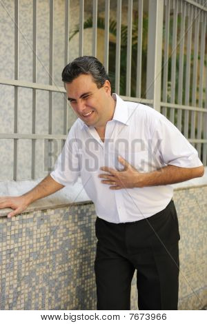Homem tendo um ataque cardíaco de dobra