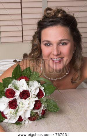schöne strahlende Braut