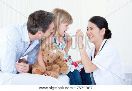 ein nettes kleines Mädchen Sirup einzuräumen professionelle ärztin
