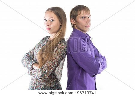 Photo woman and blond man standing back-to-back