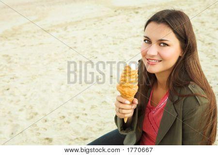 Hermosa mujer con helado