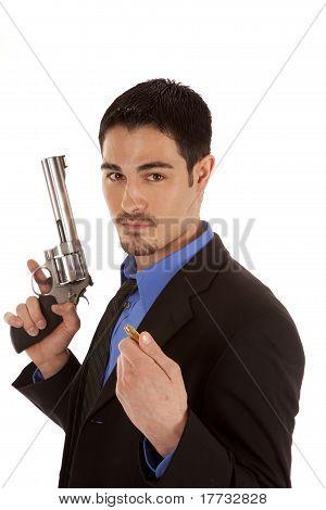 Business-Mann, Pistole und Aufzählungszeichen hält