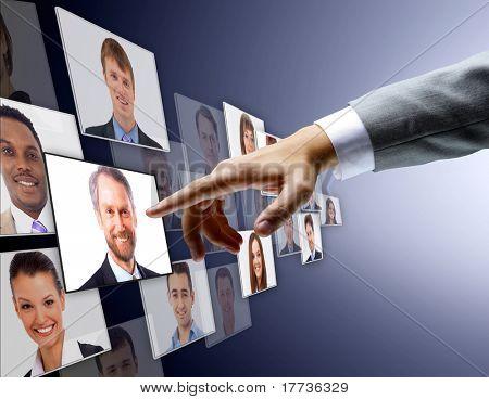 Equipe internacional de negócios sobre fundo urbano moderno