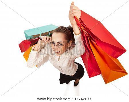 Vista superior da mulher elegante, balançando seus braços com sacos de compras sobre branco