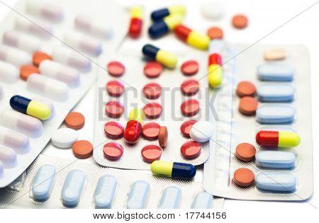 Pílulas de cor e tiras de bolha no fundo branco