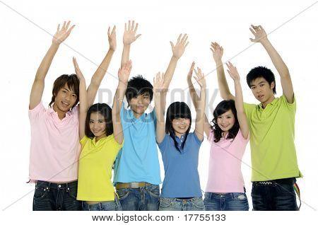 jóvenes estudiantes riéndose junto con los brazos levantados en éxito