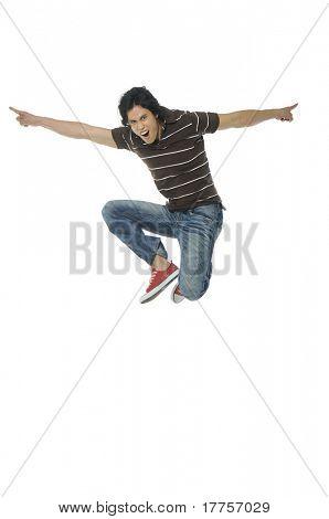 Un hombre enérgico muy feliz saltando en el aire.