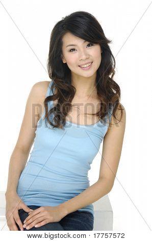 Retrato de un atractivo joven mujer riendo