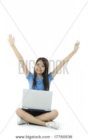 Happy Business Frau sitzen auf dem Boden mit Laptop,