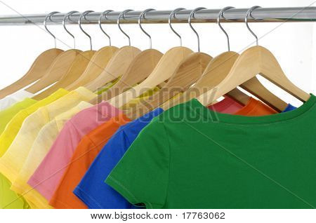 Camisetas color brillante colgante