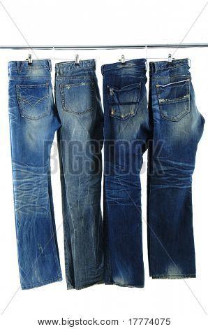 Blue jeans en una percha