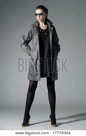 modelo de moda en ropa de otoño/invierno posando en fondo claro