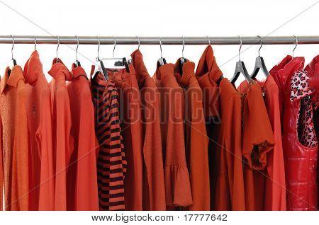 Mode rote weibliche Jacke auf Kleiderbügel