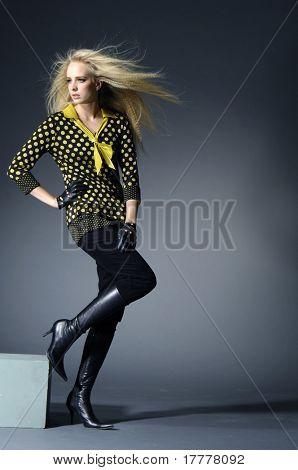modelo atraente com cabelos longos, sobre fundo claro