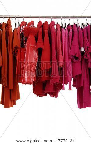 Rote weibliche Jacke on hangers