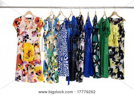 Exhibición de estante de la ropa de diseñador de moda