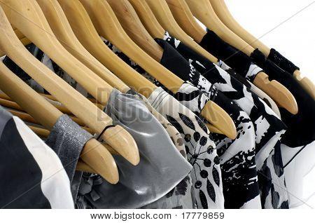 Cabides de roupas moda num cabide