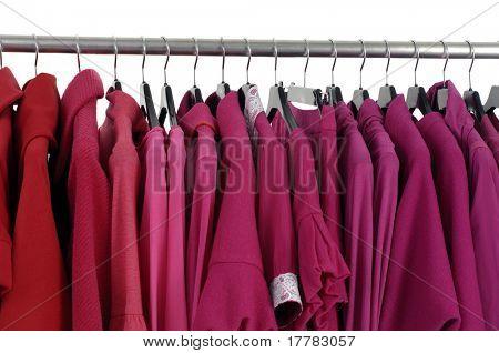Nickyjacke rot weiblich auf Kleiderbügeln