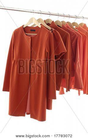 weibliche Modekleidung rot auf Kleiderbügeln