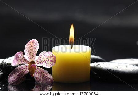 ruhige Spa Szene Aromatherapie Kerze und Zen-Steine