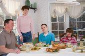 Постер, плакат: Счастливая семья пищу на стол обеденный