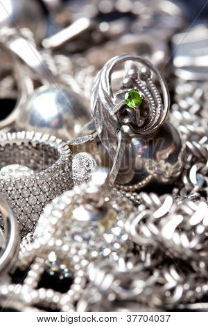 Joyas de plata sobre fondo negro