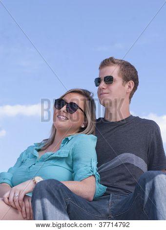 Menino e menina olhando para longe