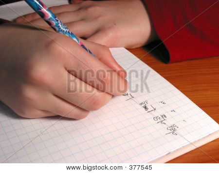 Escritura de estudiante de manos