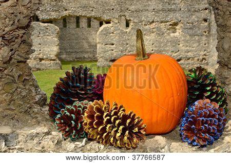 Ruinen geschmückt mit Herbst-Dekor