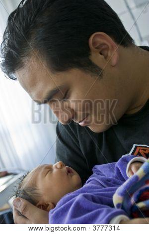 Bebê recém-nascido nas mãos do pai orgulhoso