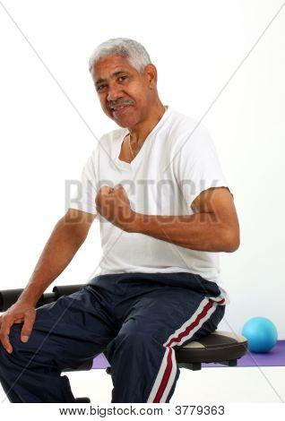 Homem sênior de levantamento de pesos