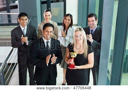 equipe de negócio bem sucedido, ganhando um prêmio