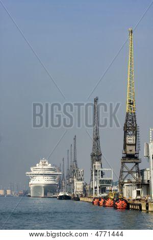 Kreuzfahrt Schiff dockside