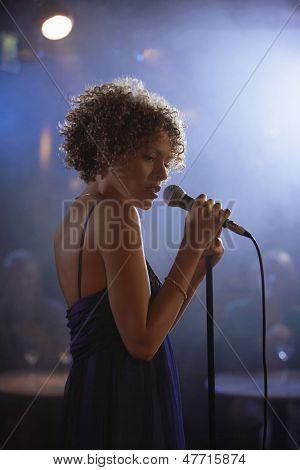 Profil Schuss eine jazz Sängerin auf der Bühne