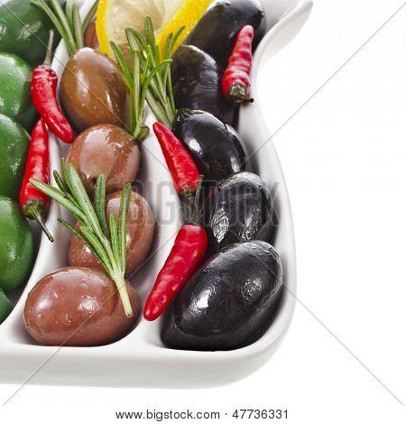 Ecke Grenze Oliven Schale mit Gemüse, Kräuter, Gewürze, die isoliert auf weißem Hintergrund