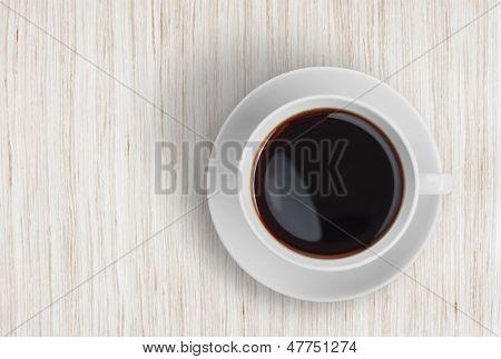 vista superior de café copo na mesa de madeira