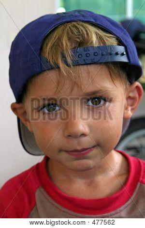 Niño con una gorra
