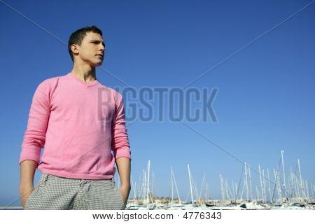 Guapo joven en verano en el puerto