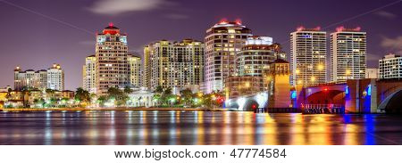 Skyline de West Palm Beach, Flórida, EUA.