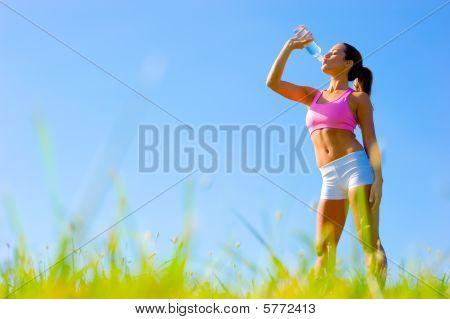 Sportliche Frau, die Ausübung