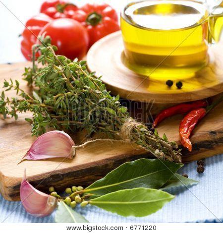 Flasche Olivenöl und Gewürze
