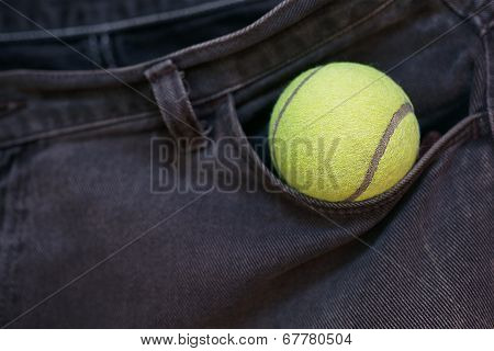 Tennis ball in the center pocket Gen.
