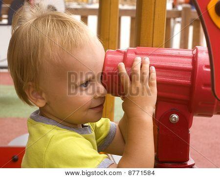 criança no playground e distância olha